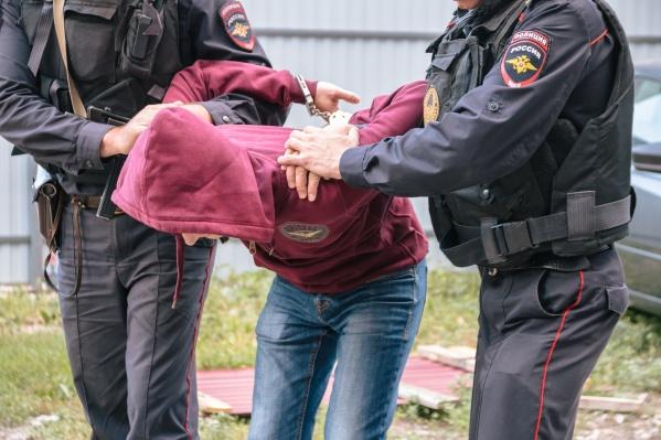 Мальчики передали грабителя полицейским