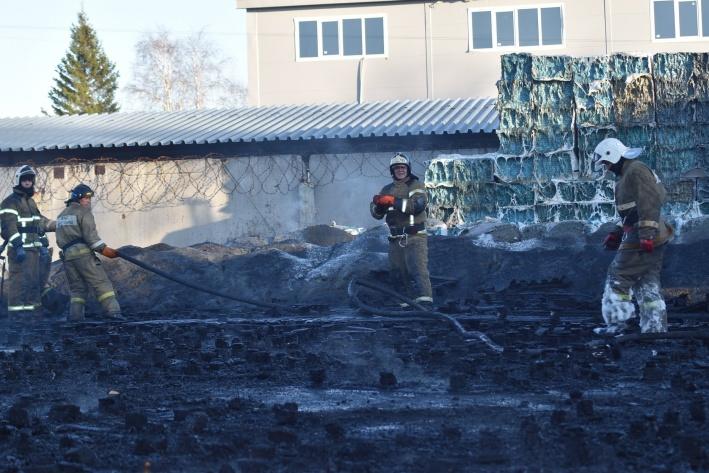 Представители завода, где произошел пожар, пока не готовы рассказать про обстоятельства и причины пожара