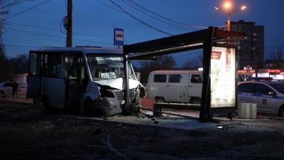 Мужчина погиб мгновенно: в Волгограде вылетевшая на обочину маршрутка задавила пешехода — видео