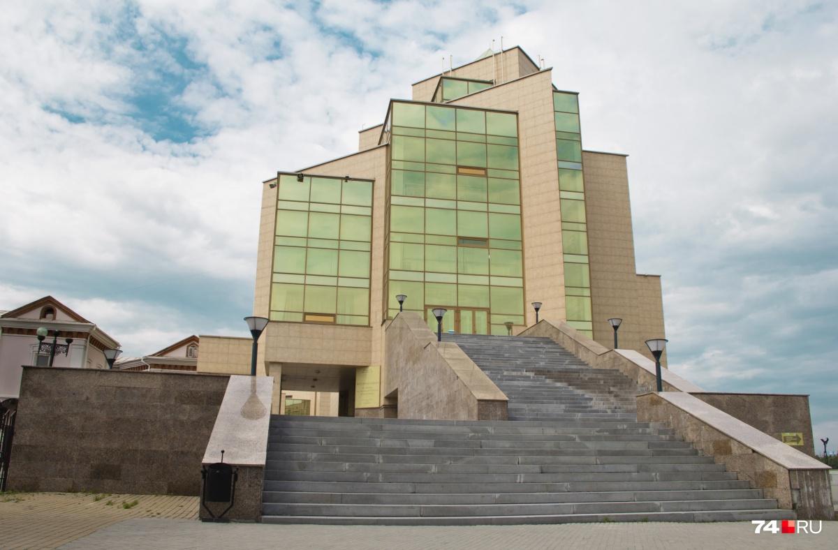 На лестницах заменят ступени, на фасаде обновят гранитные плиты