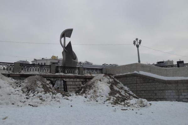 Самарцы обеспокоены, что прибрежная зона завалена грязным снегом