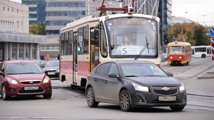 """ГИБДД с помощью регистраторов в трамваях начнёт """"ловить"""" водителей, которые подрезают общественный транспорт"""