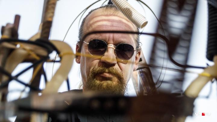 «Для кого-то Волгоград ад, а для меня — рай»: Евгений Забазнов сыграл в музее на ржавых трубах