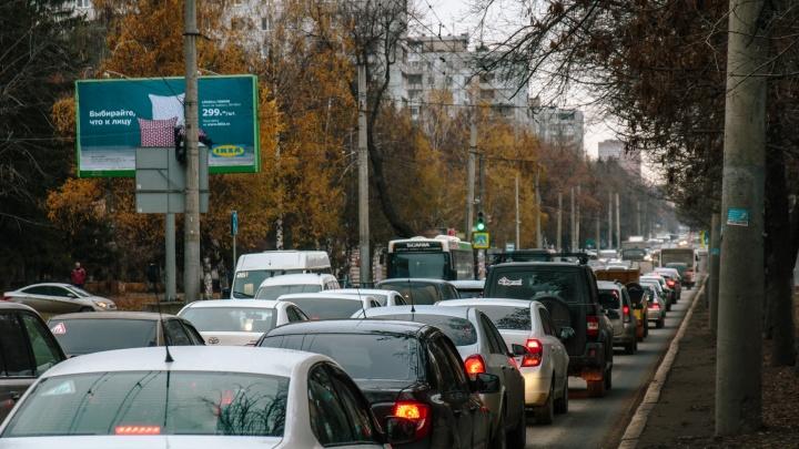 Движение на Московском шоссе парализовало из-за оборванных троллейбусных проводов