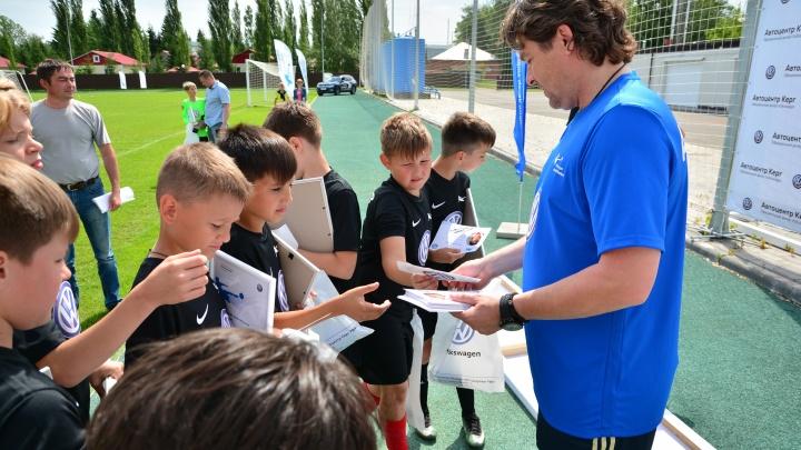 «Детей тренировать интересно — они искренние»: именитый футболист провел встречу с юными игроками