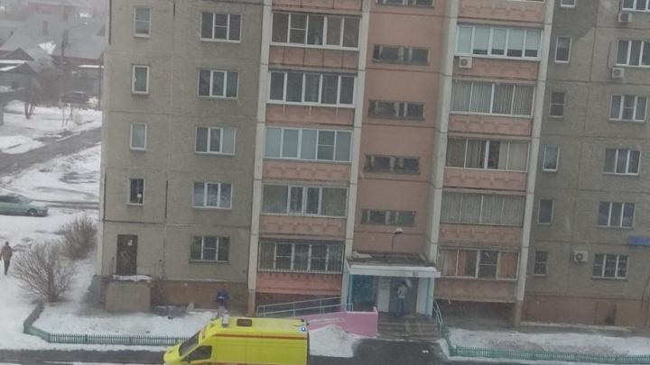 «Окно закрылось после этого»: челябинка разбилась, упав с восьмого этажа дома на ЧМЗ