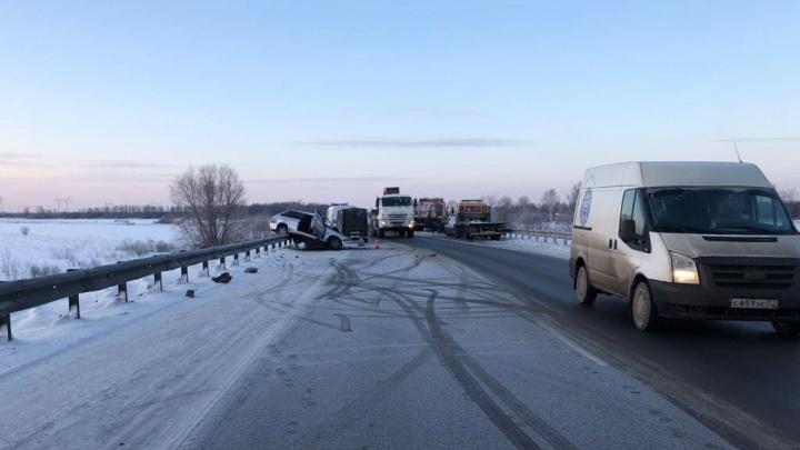 Аварии с погибшими на тюменских трассах, лихач — «учитель» и опасная ловушка: дорожные видео недели