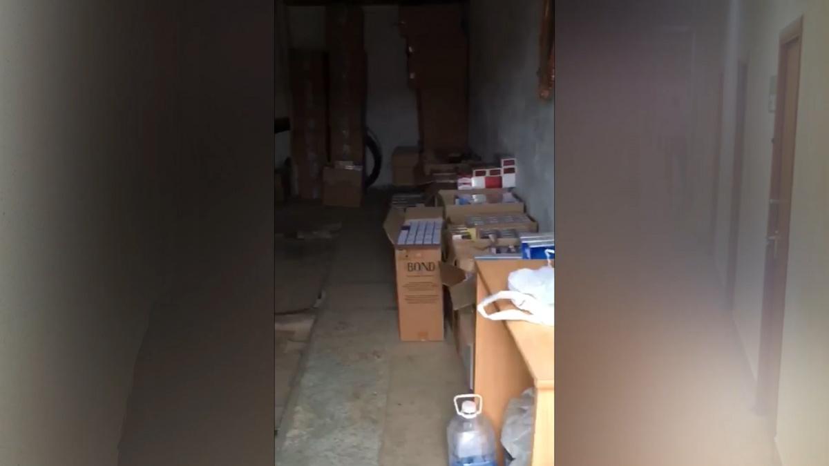 В двух гаражах хранились 90 тысяч пачек сигарет