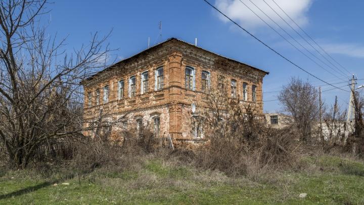 Не памятник архитектуры и не аварийный: под Волгоградом рушится 180-летний многоквартирный дом