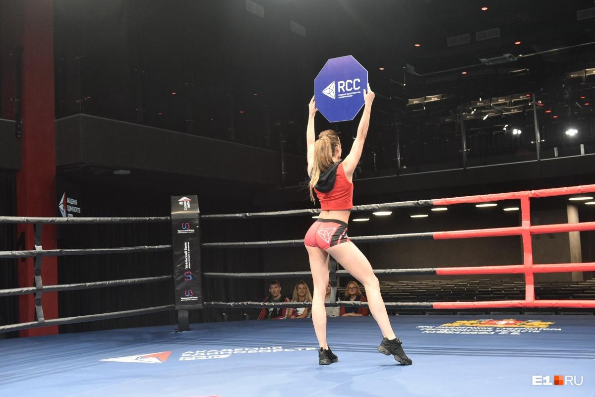 Между раундами на ринг выходят красивые девушки, которые выносят таблички. Их называют ринг-гёрлз. Не так давно в Екатеринбурге выбрали семь новых красоток. Видео с кастинга  можно посмотреть здесь , а лучшие фотографии —  в нашем отдельном фоторепортаже .