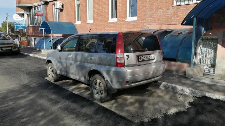 Во дворе дома по Омской новый асфальт уложили вокруг машины