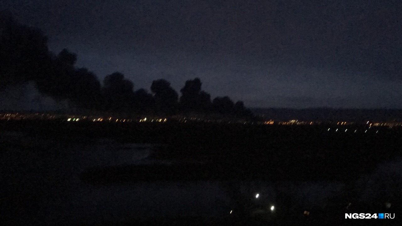 Дым от пожара в ночи