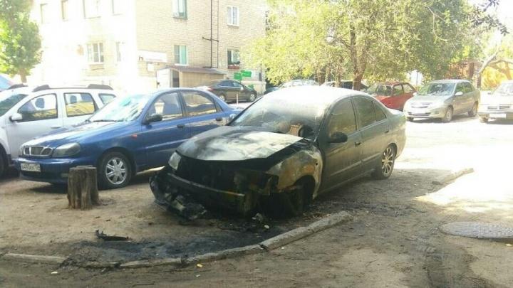Дважды на одном месте: в Волгограде вновь загорелась машина во дворе улицы Запорожской