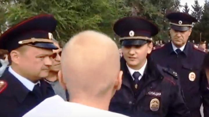 Период гордости за страну: полицейский объяснил омичу, когда можно использовать флаг России