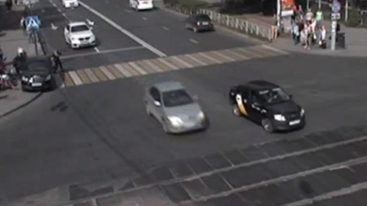 В центре Перми машина без водителя сбила пешеходов. Видео