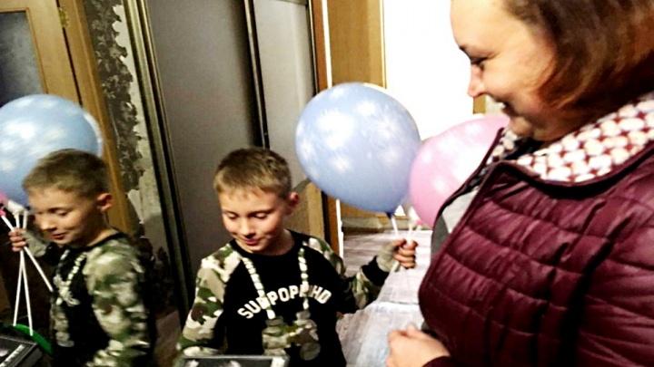 Дружные соседи по дому объединились и поздравили с 8-летием мальчика, живущего без мамы