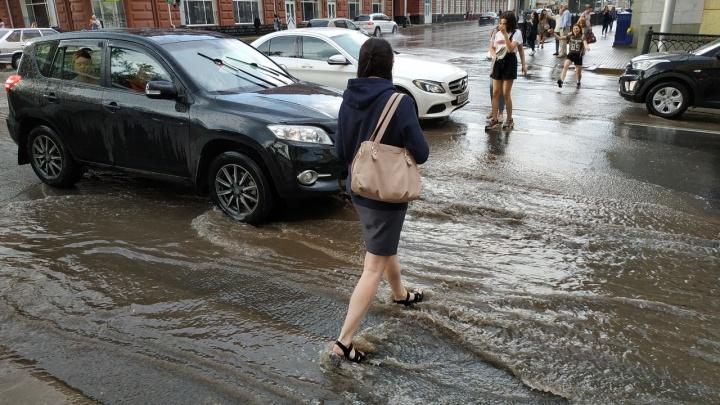 Уфа под водой: небольшой дождь превратил столицу Башкирии в полноводную реку