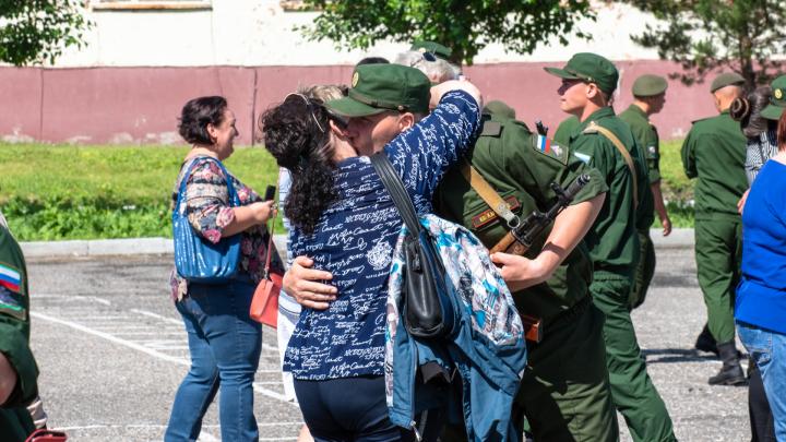 Слезы, объятия и долгая разлука: в омской военной части прошла присяга