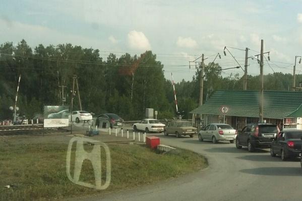 Плотный поток машин устремился из Каменки и Ачинска после сообщений об эвакуации