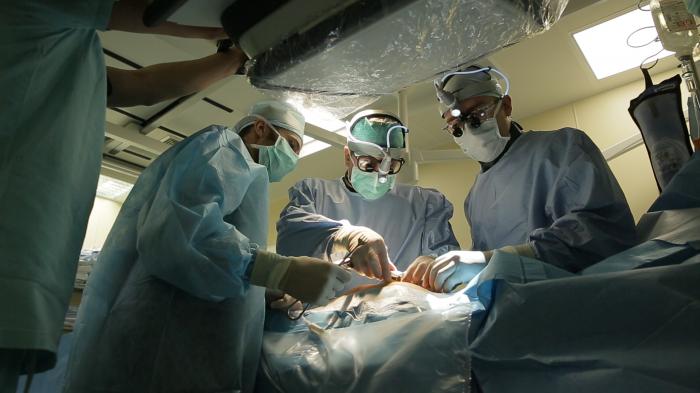Хирурги клиники Мешалкина рискнули вылечить мужчину, который мог истечь кровью на операционном столе. На фото Александр Богачёв-Прокофьев в операционной
