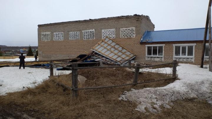 С двух школ в Башкирии порывами ветра сорвало крыши