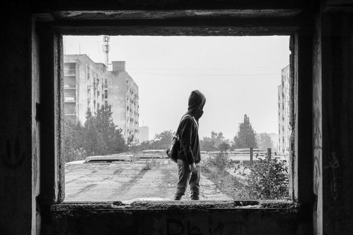 Сейчас ради проекта художник ходит по заброшенным зданиям Подмосковья