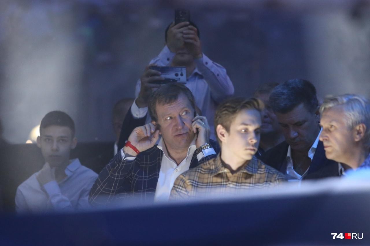 Министр финансов Челябинской области Андрей Пшеницын — один из немногих, кто использовал телефон по прямому назначению, а не для фото и видео