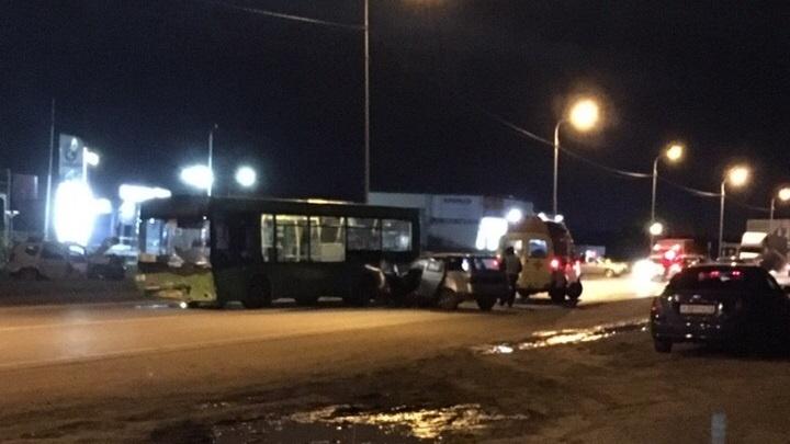 «Водитель оказался зажат в машине»: на Лесобазе произошло серьезное ДТП с автобусом и легковушкой