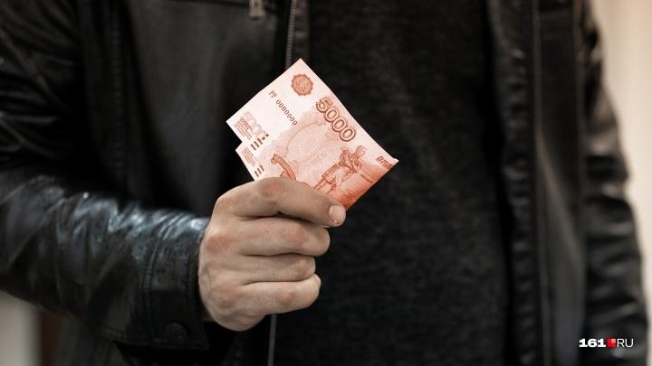 Мошенник подсунул жительнице Таганрога вместо денег билеты «банка приколов»