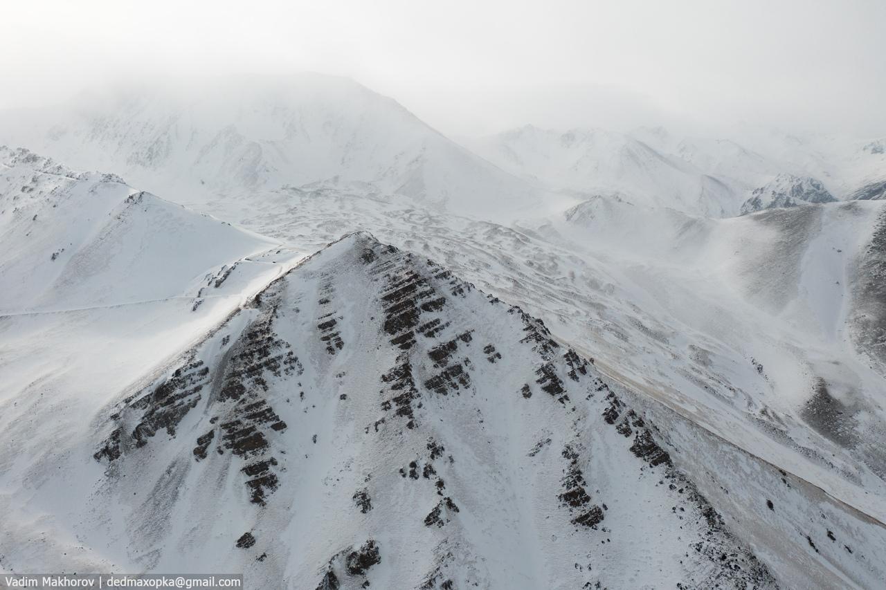 Снега в Киргизии не много, в основном он в горах, но даже там не везде