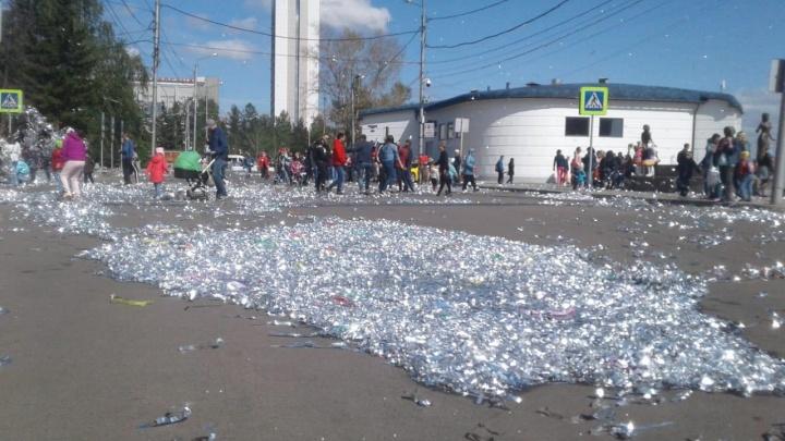 Центральные улицы после детского карнавала остались усеяны конфетти