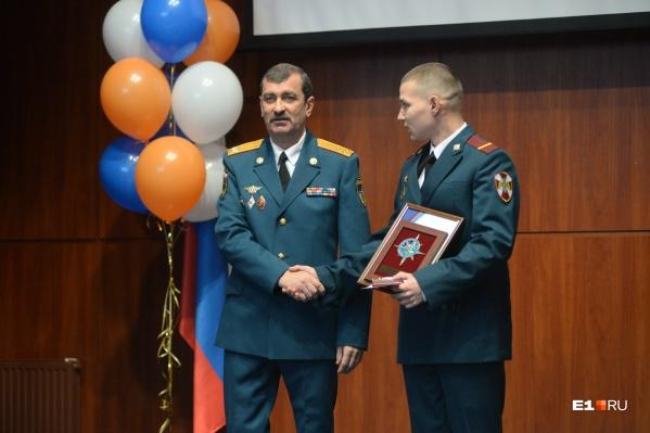 Виктор Теряев (слева) на церемонии награждения на фестивале «Созвездие мужества»