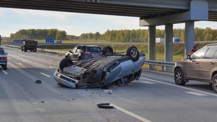 В столкновении легковушки и ЗИЛа на трассе М-5 пострадали три человека