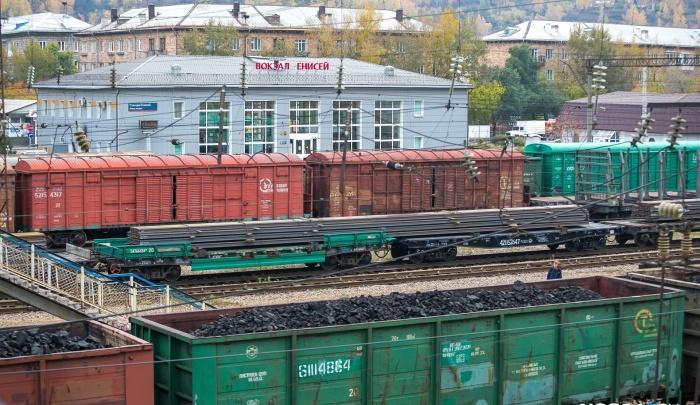 Грузовой поезд сбил девушку на станции Злобино