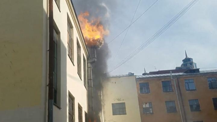 На Декабристов загорелся китайский ресторан. Огонь задел припаркованную рядом машину