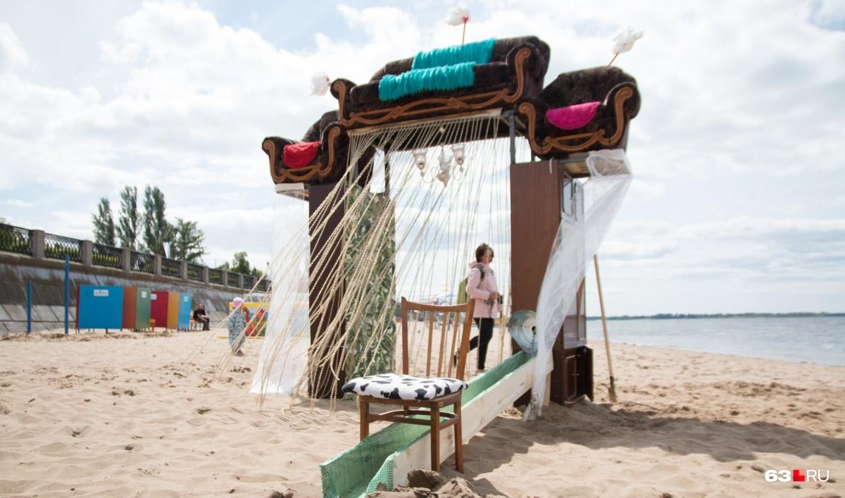 Художники построили на пляже арку из дивана