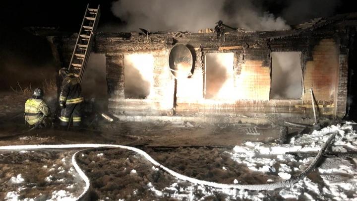 Названа причина пожара в Шушенском районе, где погибла семья с двумя маленькими детьми