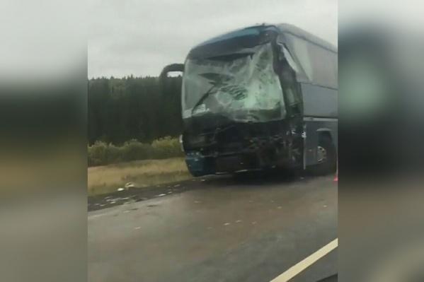 Водитель автобуса, следовавшего из Самары, не справился с управлением и врезался в стоящий КАМАЗ с прицепом