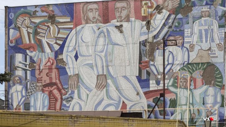 «Она так лучше сохранится»: в Волгограде историческую мозаику замуровали до лучших времён