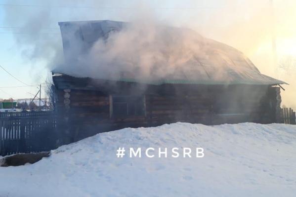 Когда пожарные приехали, дом был полностью охвачен огнем