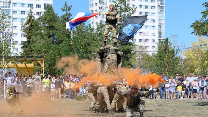 Гвардейский генерал, разведчики и боевая техника: в Волгограде ЦПКиО захватили военные