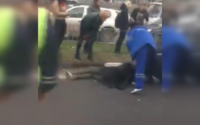 Лежит без движения на дороге: на Московском проспекте иномарка сбила девушку