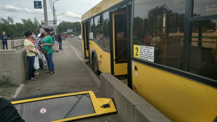Водитель автобуса зацепил бордюр у остановки Коммунального моста и вырвал дверь