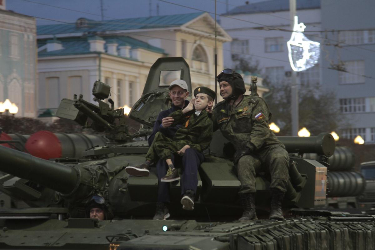 Немного доброты. На сегодняшней репетиции исполнилась мечта 13-летнегоМаксима Журавлева, страдающего спинальной мышечной атрофией. Мальчик проехал на Т-72Б3 и бронемашине «Тигр» по центральной площади Екатеринбурга