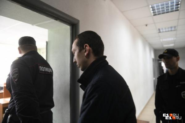 Владимира Васильева привезли в суд в наручниках