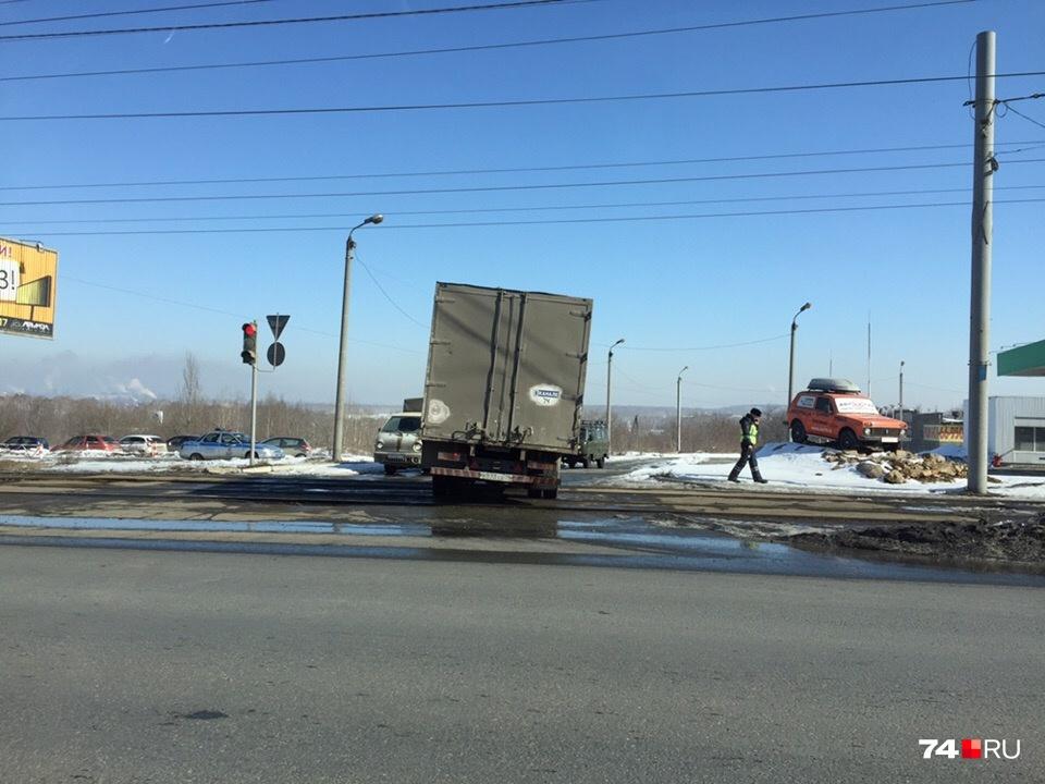 Полиция дежурит уже на Свердловском тракте, на подъезде к кладбищу