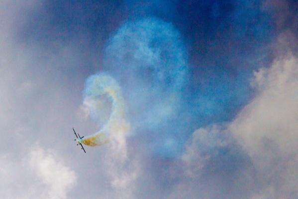 Одно из событий недели — захватывающие выступления летчиков малой авиации над аэродромом Лысьвы
