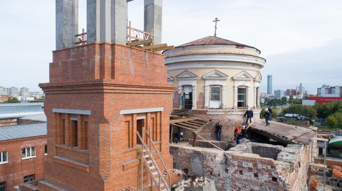 Мощный и благозвучный: смотрим с высоты, как на храм, вырубленный из хлебозавода, подняли колокол