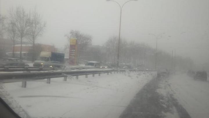 Из-за снегопада на дорогах десятки ДТП. Следим за ситуацией на дорогах в режиме онлайн