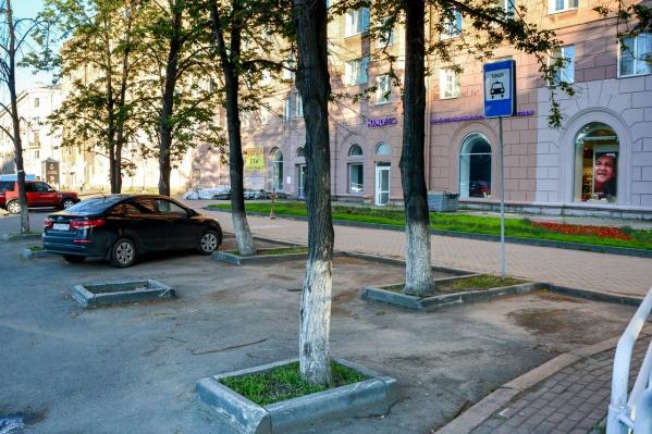 Знак 5.18 «Место стоянки легковых такси» запрещает стоять любым машинам, кроме официальных такси